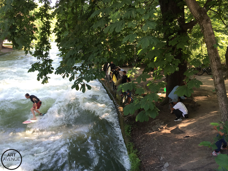 Tainan watching surfistas at the Eisbach Wave in Munich