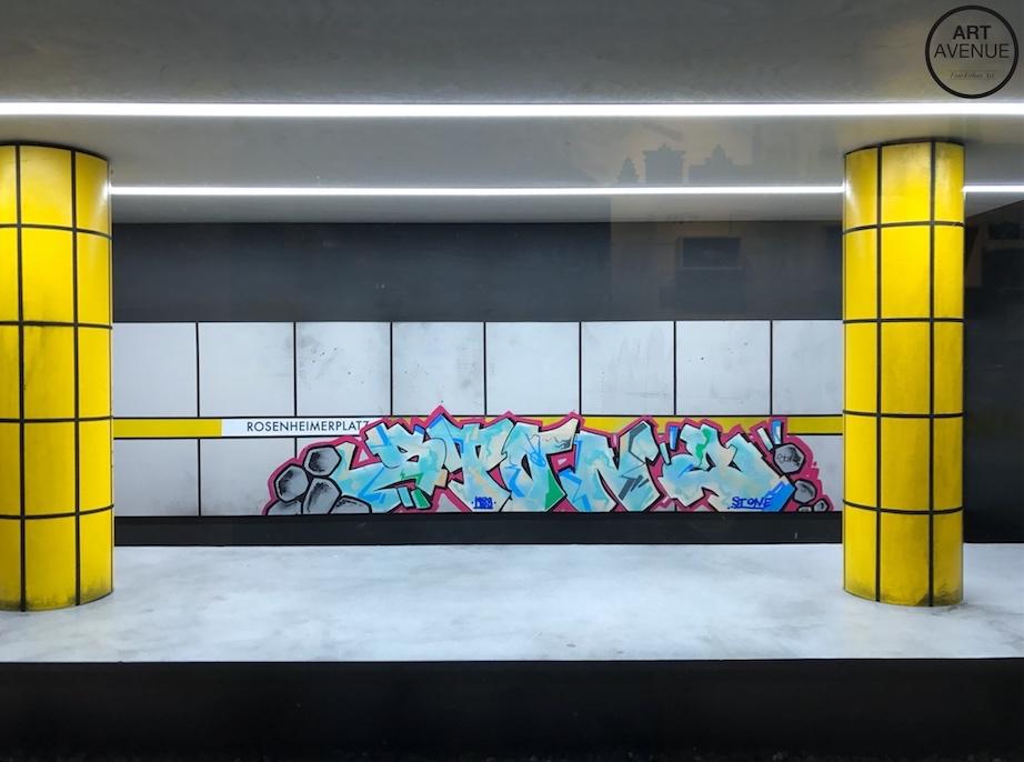 Original Nachbildung der Münchner S-Bahn-Station Rosenheimer Platz mit einem Bild der legendären STONE AGE KIDS von Künstler FINO91